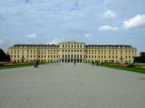 Since the baroque Schloss Schönbrunn lies quite far away from the city center, so we rented a city bike to go there.